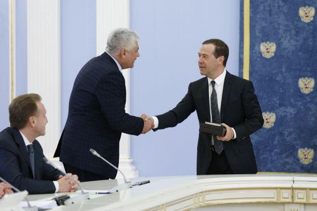Медведев подарил главе МВД старинную книгу обохоте ирыбалке