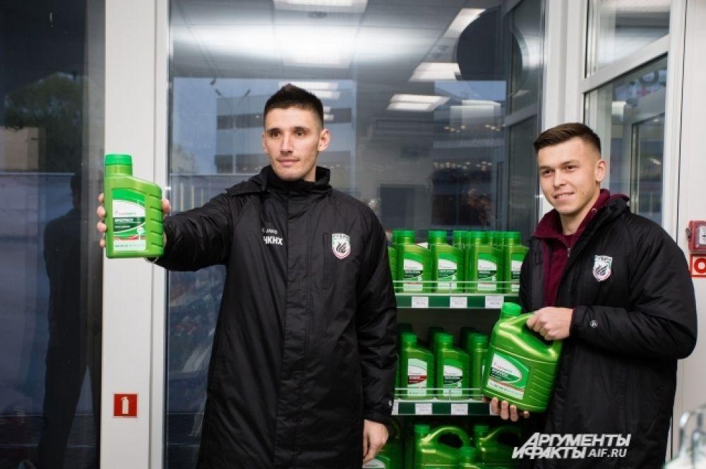 Рифат Жемалетдинов и Тарас Бурлак заправляются на АЗС