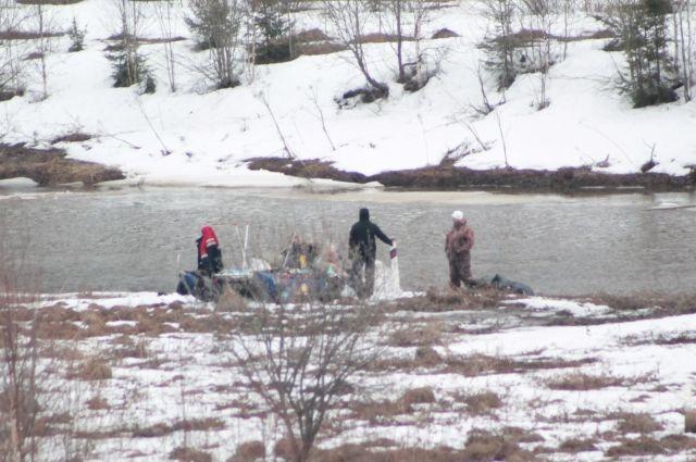 Ребята решили испытать себя и вышли на реку в апреле.
