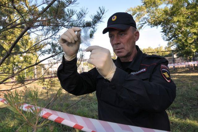 Найти и зафиксировать малейшие следы - вот задача эксперта на месте преступления.