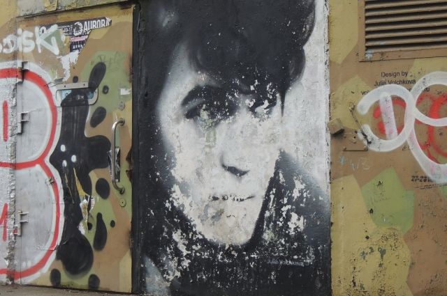 Неизвестные вспецодежде закрасили портрет Цоя вПетербурге