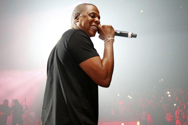 Вторую строчку занимает cупруг певицы Beyonce, продюсер и музыкант Шон Картер (Jay Z). Эксперты издания отмечают, что стоимость принадлежащего ему музыкального сервиса Tidal увеличилась более чем в 10 раз за два года. В активе Jay Z находится $810 млн.