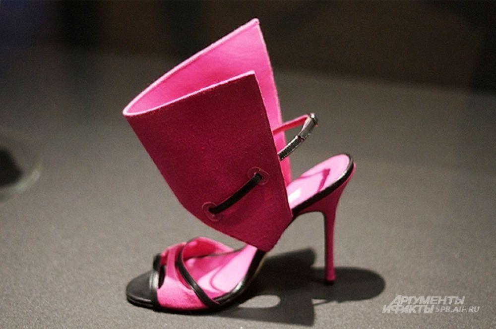 В туфлях дизайнера ходили актриса Бриджит Бардо, стилист Анна Пьяджи и певица Рианна.