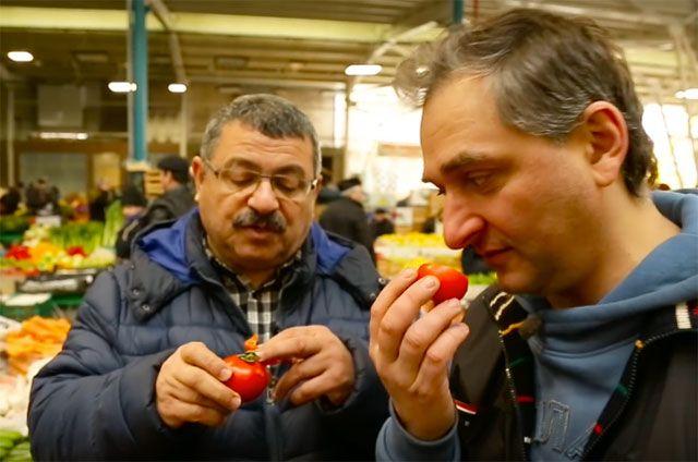 Александр Пряников (справа) на рынке в Баку.