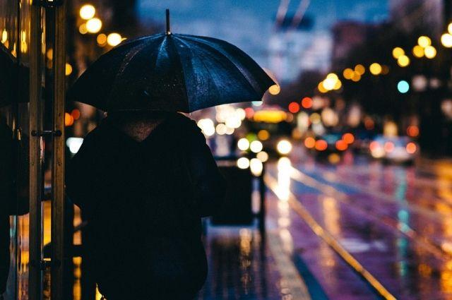 Гулять по городу в выходные лучше с зонтом