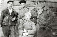 Александр Косов (слева) был в партизанском отряде разведчиком.  А его жена с тремя маленькими детьми два года жила в землянке в лесу.
