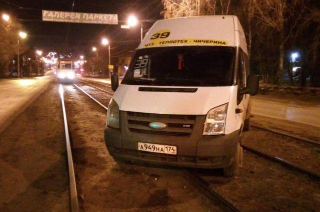 От агрессивной пассажирки пострадал иностранный микроавтобус.