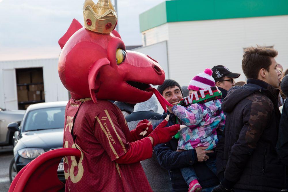 Маленькие фанаты футбола пообщались с талисманом команды Руби.