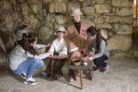 Местная детвора помогает взрослым ухаживать за экспонатами музея.
