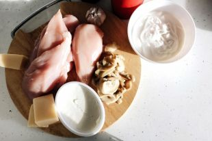 Рецепт куриных рулетиков с сыром и грибами.