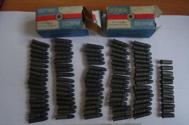 Во время личного досмотра стражи порядка обнаружили и изъяли у задержанного две картонные коробки с патронами по 50 штук в каждой.