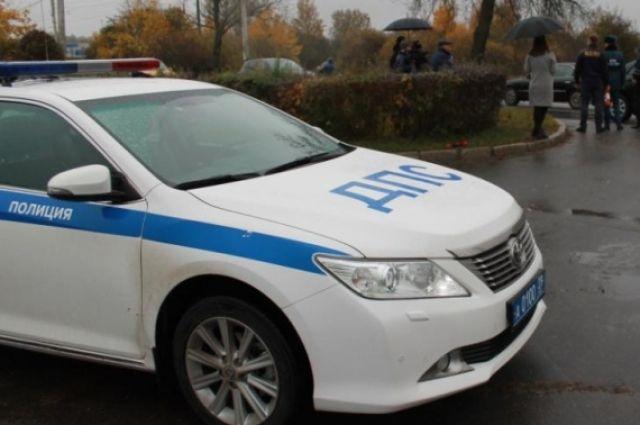 Очевидцы сообщают о погибшем в ДТП с участием машины такси под Храброво.