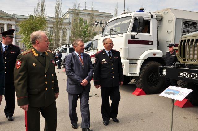 Генерал-лейтенант осмотрел омскую технику.