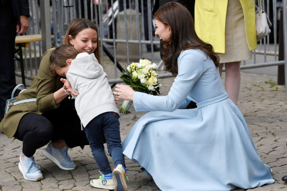 11 мая. Мальчик смущается после того, как вручил букет цветов Кэтрин, герцогине Кембриджской в Люксембурге.