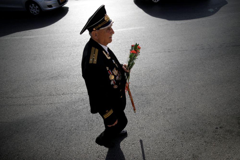 9 мая. Ветеран Великой Отечественной войны во время празднования дня Победы в городе Ашдод, Израиль.