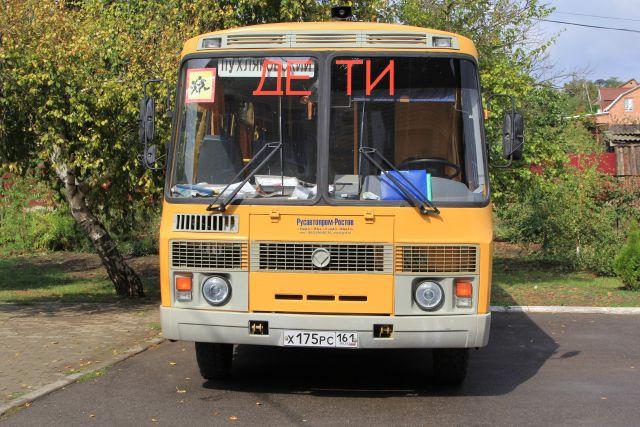 На трассе Лабытнанги-Обская автобус, перевозивший детей, столкнулся с легковушкой.