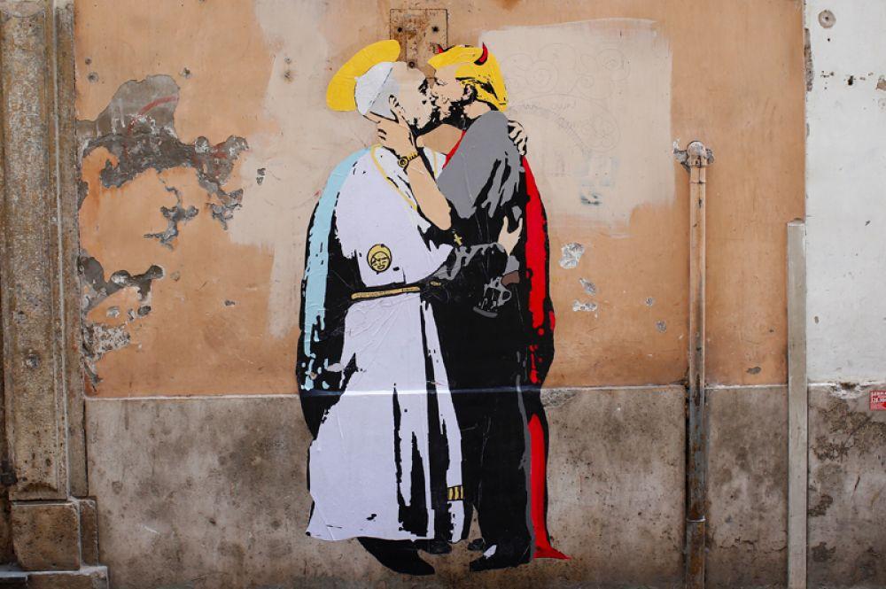 11 мая. Граффити, изображающее поцелуй Папы Римского Франциска и президента США Дональда Трампа, на стене в центре Рима, Италия.