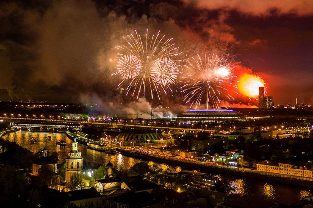 9 мая. Праздничный салют в честь дня Победы на Воробьевых горах в Москве.