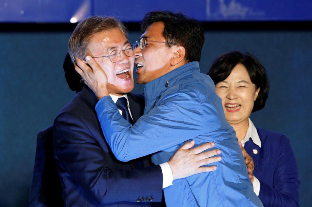 9 мая. Губернатор южнокорейского города Чхунчхон Хи Хунг поздравляет избранного президента Южной Кореи Мун Чжэ Ина с победой на выборах.