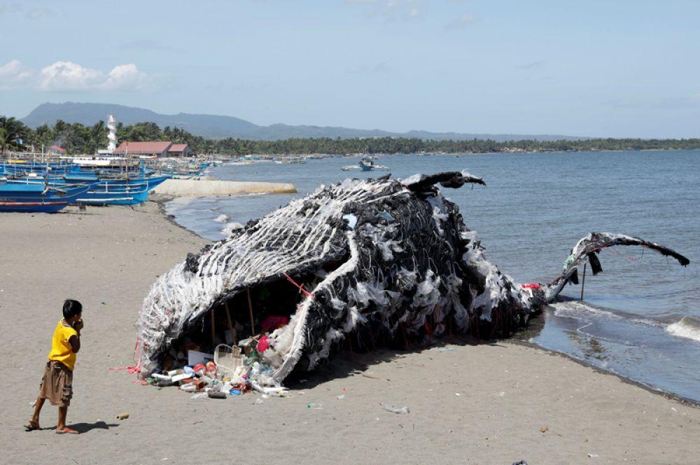 12 мая. Активисты Гринписа сделали из пластмассы и мусора фигуру кита и установили её на берегу моря, надеясь привлечь таким образом внимание к проблемам экологии, Филиппины.
