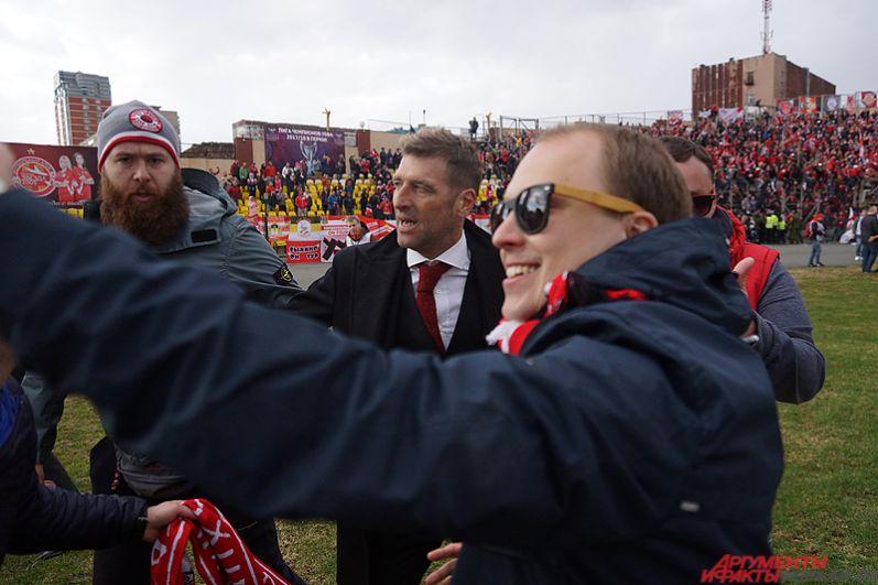 Главный тренер московской команды Массимо Корреро вместе с болельщиками.