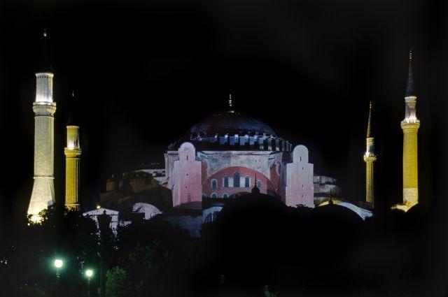 Мусульмане Стамбула призвали сделать храм Святой Софии мечетью