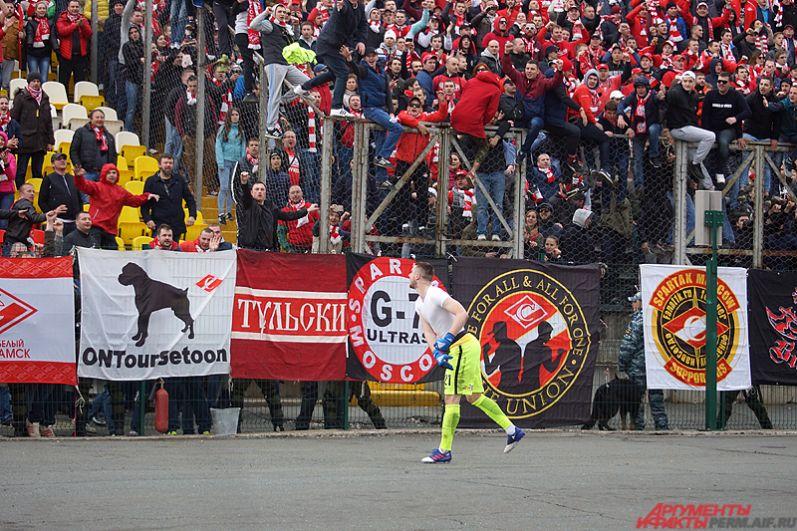 Александр Селихов кинул свою футболку болельщикам столичной команды.