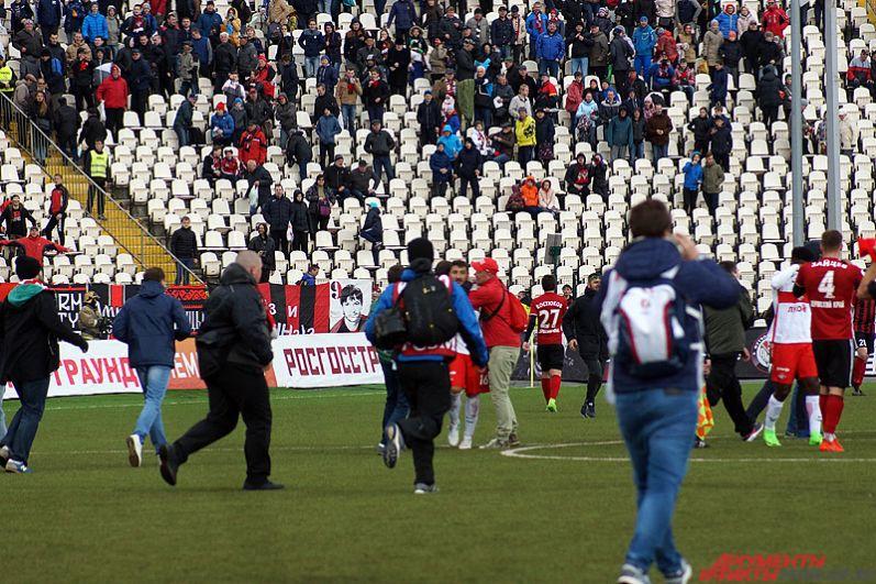 После окончания матча неожиданно на поле прорвались фанаты красно-белых.