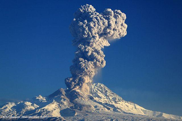 Вулкан Шивелуч наКамчатке выбросил 9-километровый столб пепла