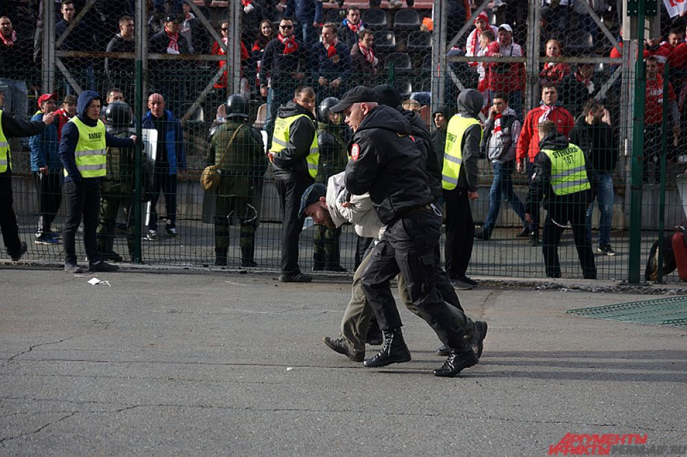 Часть болельщиков были задержаны.