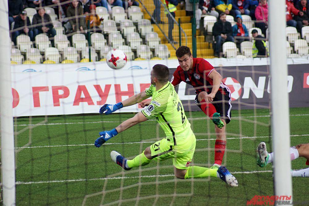 Так, нападающий «Амкара» Алексей Гасилин фактически с нескольких метров мог поразить ворота.