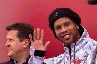 Посмотреть на Роналдиньон пришли сотни поклонников футбола.