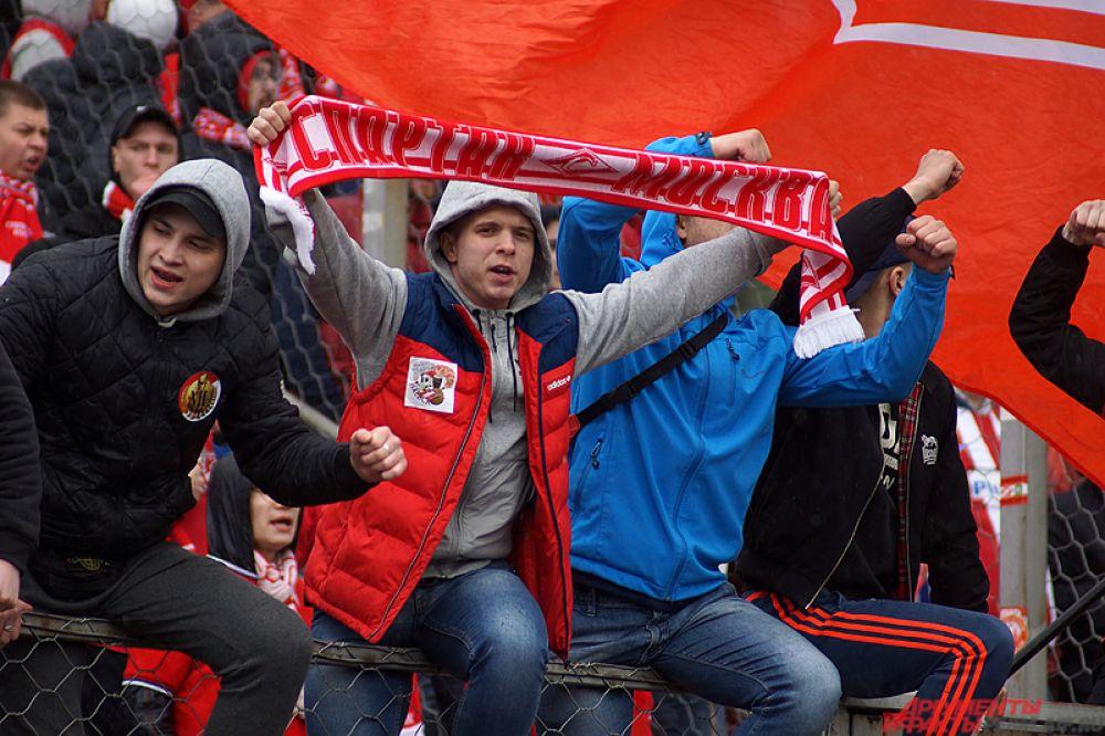 Поддержать родную команду приехало, по предварительным данным, около четырёх тысяч фанатов красно-белых.