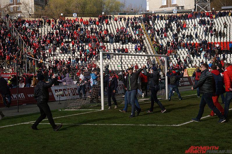 Московские фанаты порвали ворота на поле.