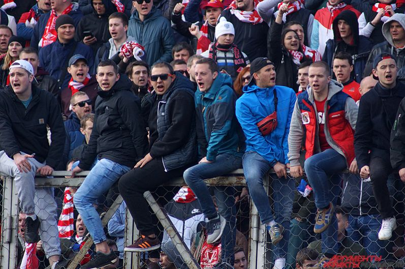 После гола болельщики красно-белых активизировались: послышались громкие кричалки, кто-то залез на железное ограждение.