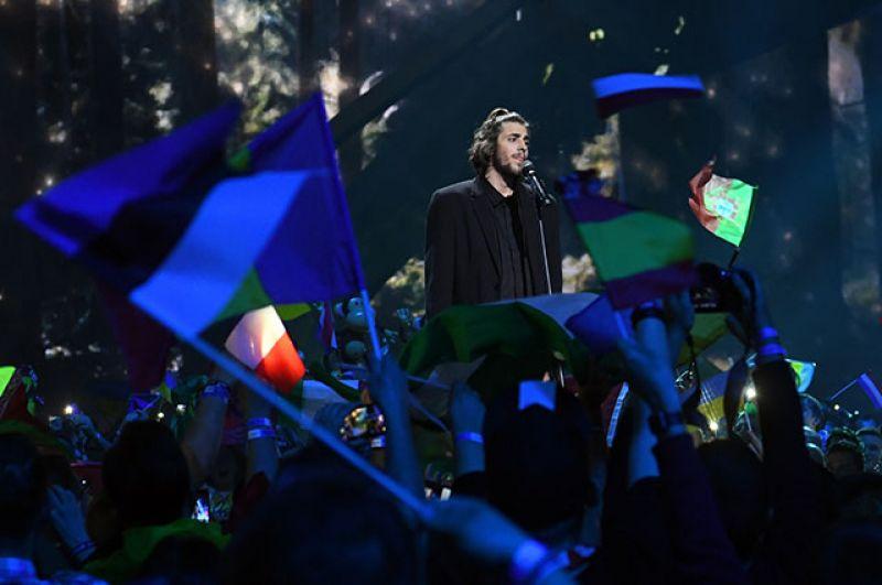 Победу в конкурсе одержал представитель Португалии Салвадор Собрал, выступавший с песней «Amar pelos dois» («Любить за двоих»).
