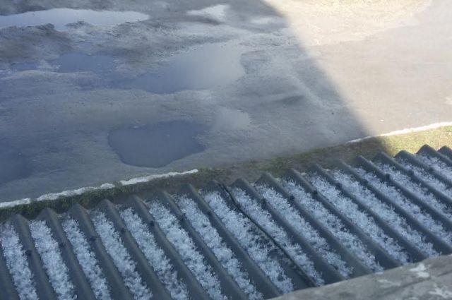 Под лучами солнца град продолждает лежать крупными ледяными кристалами