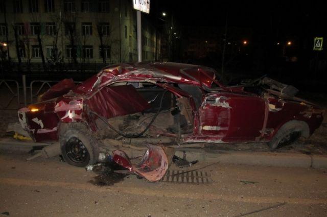 Двигаясь по улице Ключевская водитель не справился с управлением и врезался в столб - опору уличного освещения.