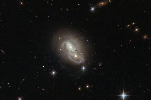 Телескоп Hubble запечатлел необычное поведение галактик