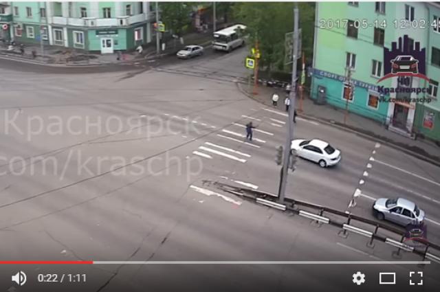 Мужчина успел перейти проезжую часть, а пенсионерка попала под колёса автомобиля Mazda.