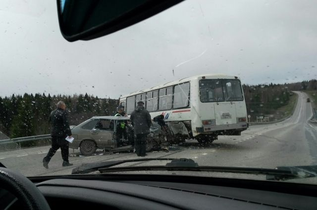 Водитель ВАЗа нарушил знак «обгон запрещен» и врезался в поворачивающий автобус
