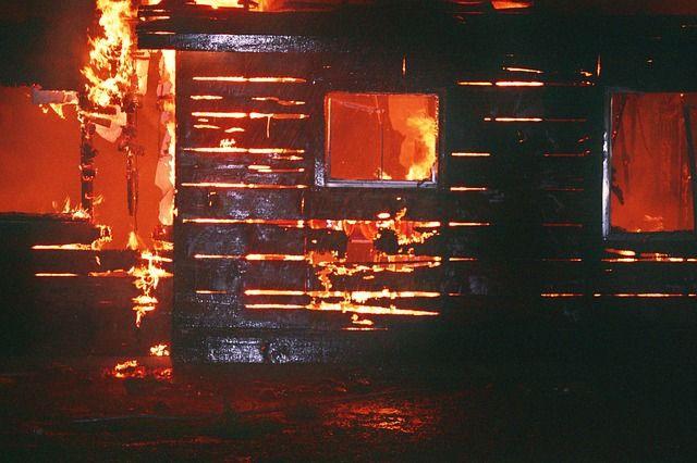 Здание загорелось, пока домочадцы спали