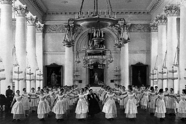 Воспитанницы Смольного института благородных девиц на уроке танцев (1889).