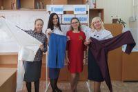 Участницы проекта в изделиях, сшитых своими руками, и преподаватель Наталья Чернецкая (вторая справа). Фото: