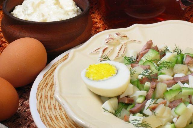 Окрошку можно есть как суп, а можно как салат.