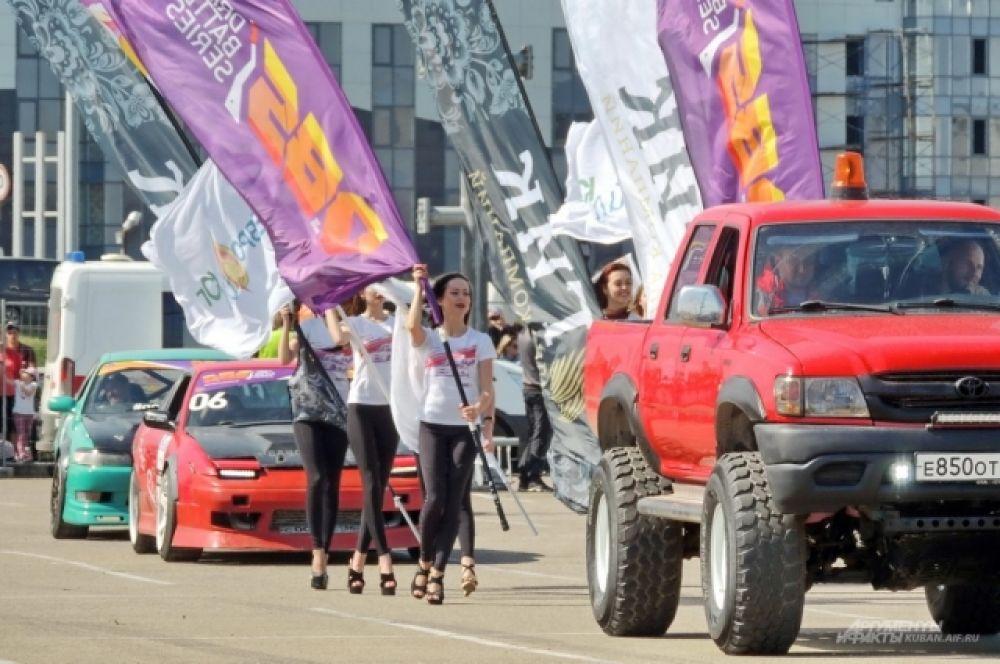 Перед началом заездов их участники провели парад.