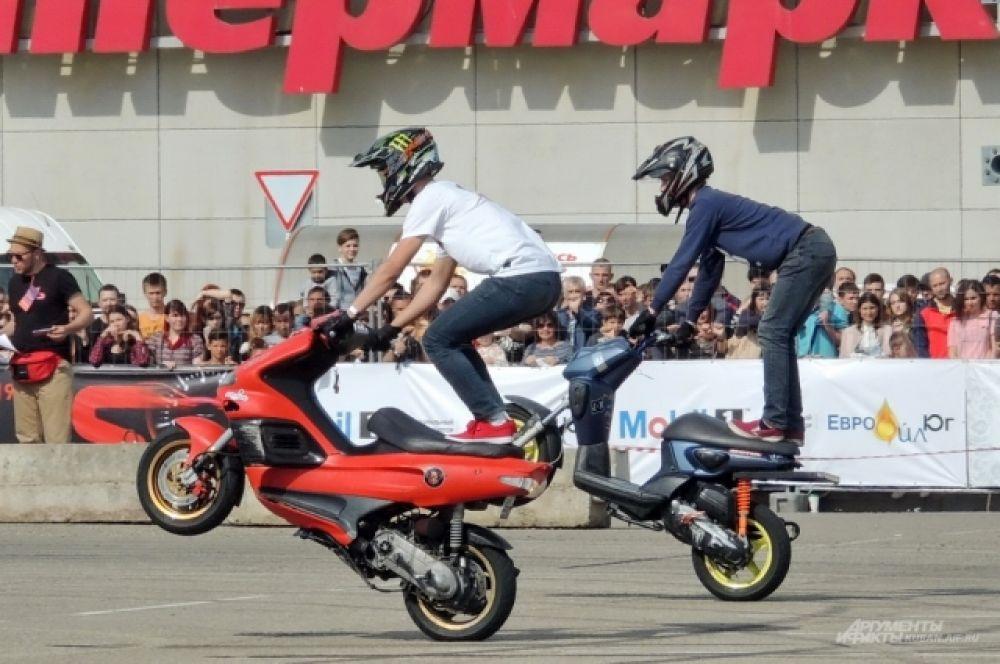 В перерывах между заездами зрителей развлекали виртуозы на мотороллерах и мотоциклах.