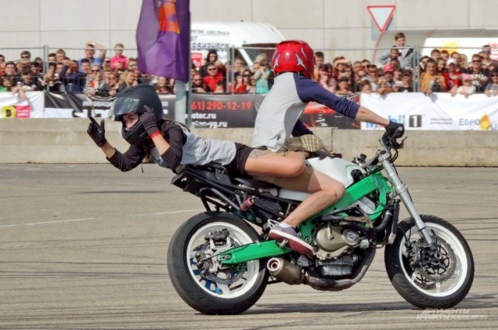«Танец» на мотоцикле.