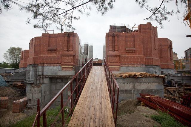 Волгоградцы смогут наблюдать застроительством храма Александра Невского через прозрачный забор