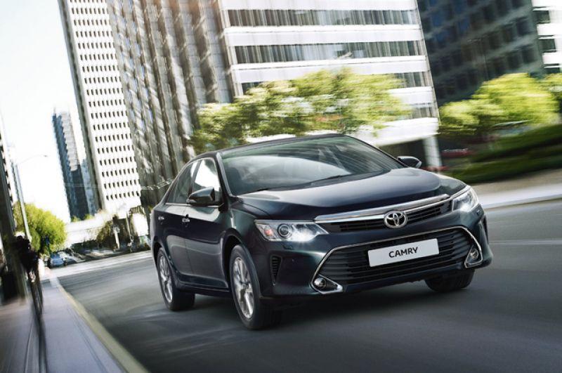 В стане Toyota тоже оживление. И без того популярный бизнес-седан Camry готовится получить существенную прибавку в продажах. Льготные финансовые продукты уже разрабатываются. Начальная версия машины 2.0 Standart порадует неплохой комплектацией. Там есть и 2,0-литровый мотор, и 6-ступеначтый автомат. Цена стартует от 1 407 000 рублей.